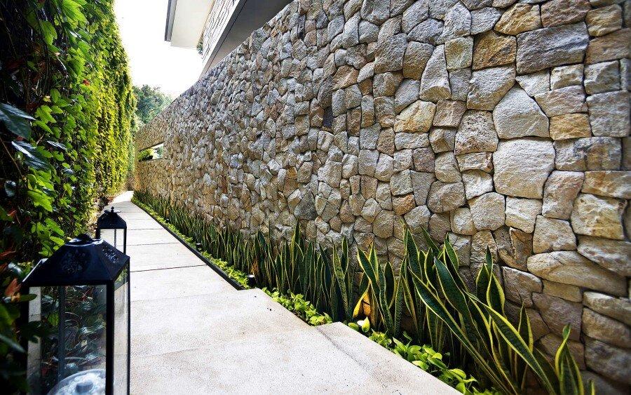 Lemongrass Restaurant Has a Modern Tropical Architecture (7)