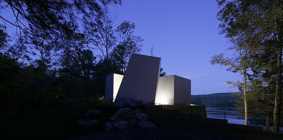 New England Lake Retreat with an Abstract Aesthetic (13)