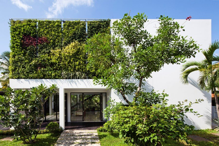 Thao Dien House delights us with a beautiful vertical garden walls