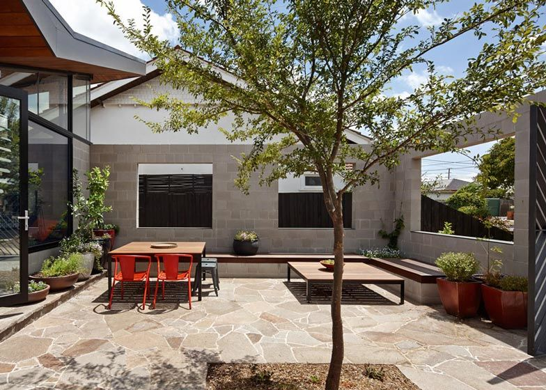 This One-Storey House 'Creates' an Outdoor Room in its Front Yard (11)