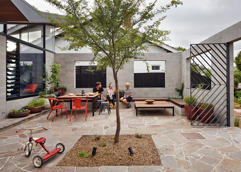 This One-Storey House 'Creates' an Outdoor Room in its Front Yard