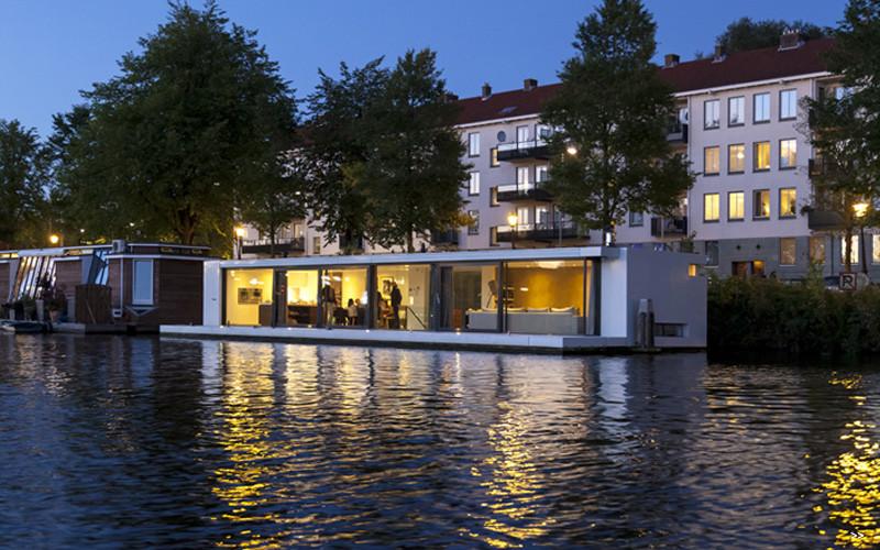 Watervilla Weesperzijde on the river Amstel in Amsterdam (16)
