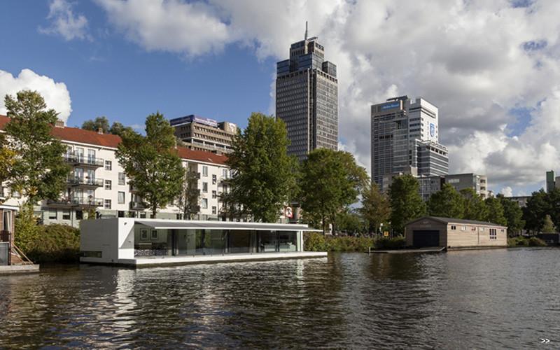 Watervilla Weesperzijde on the river Amstel in Amsterdam (5)