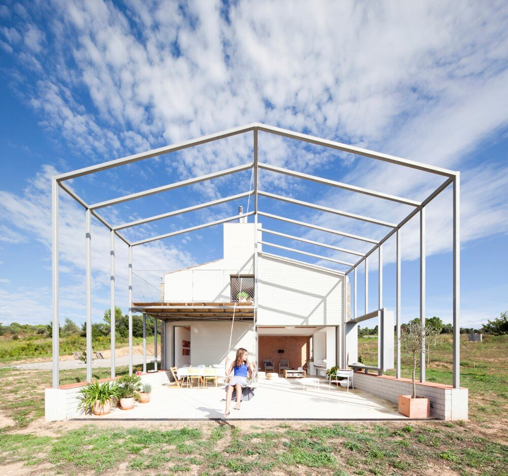 MMMMMS House Provides a Straight Relationship with the Surrounding Landscape (1)