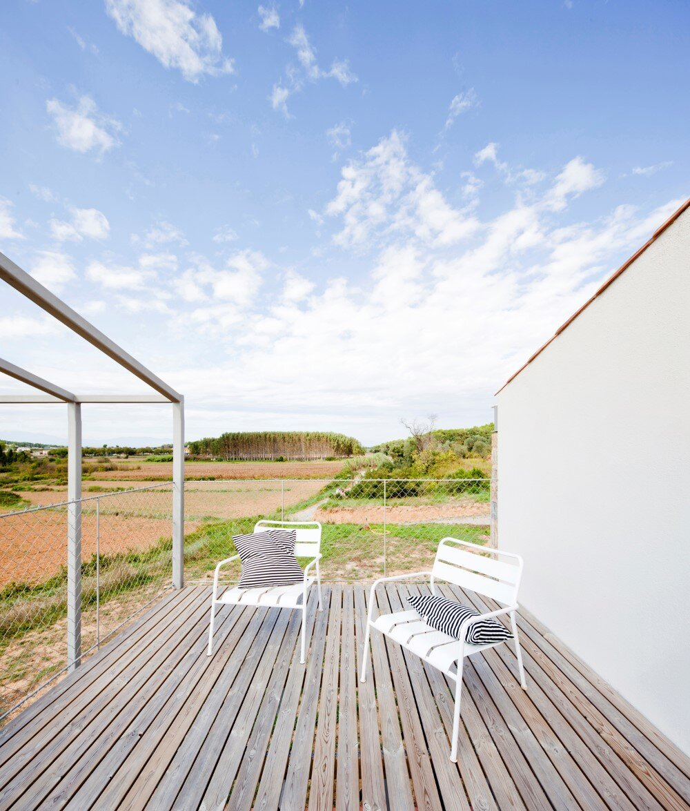 MMMMMS House Provides a Straight Relationship with the Surrounding Landscape (15)