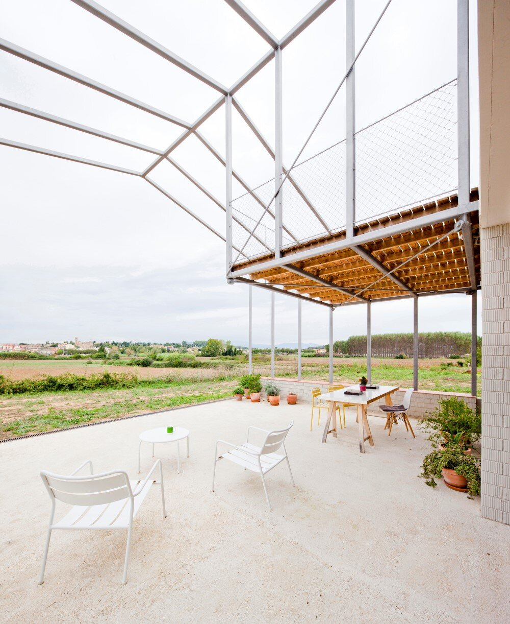 MMMMMS House Provides a Straight Relationship with the Surrounding Landscape (5)