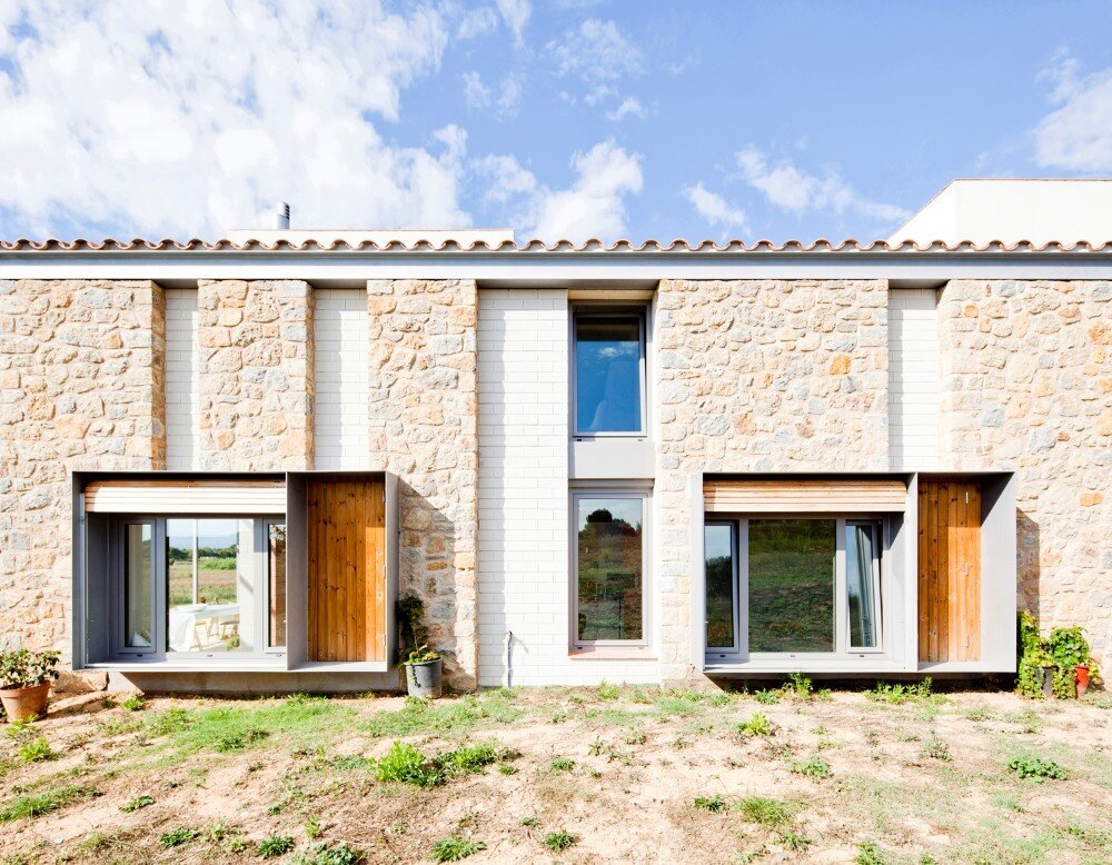 MMMMMS House Provides a Straight Relationship with the Surrounding Landscape (8)