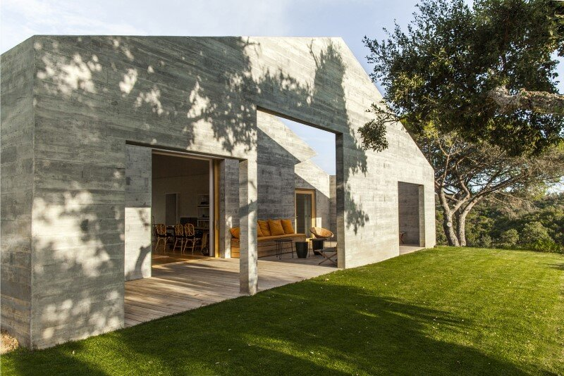 Traditional Portuguese Architecture Combined with a Contemporary Style: Melides House