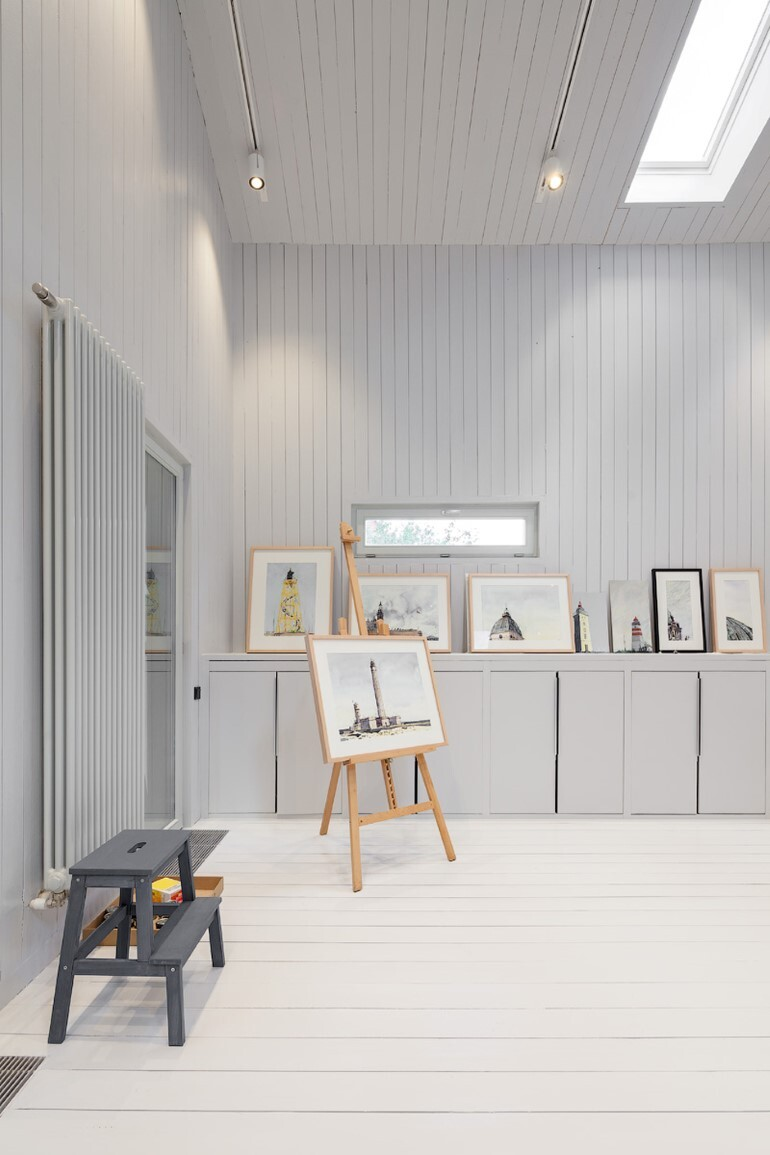 Architect Alexey Ilyin Has Designed for His Family a Wooden Cottage with a Monochrome Design (18)