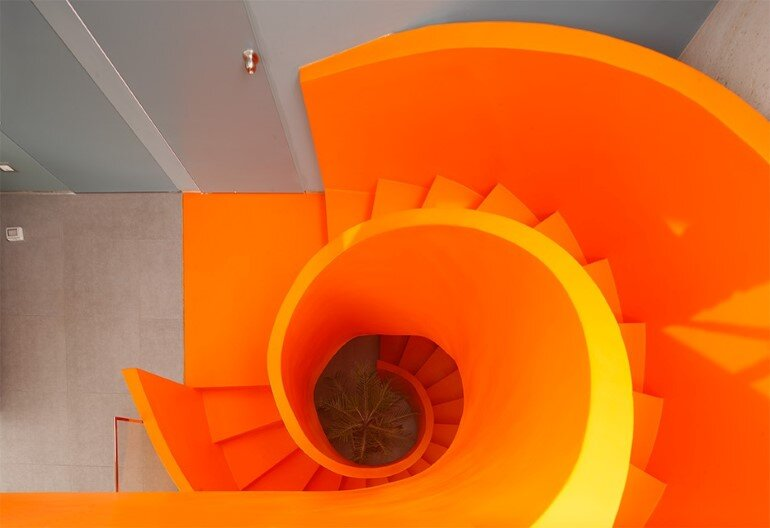 Casa Blanca Has a Striking Orange Staircase That Connects All Indoor Areas (5)