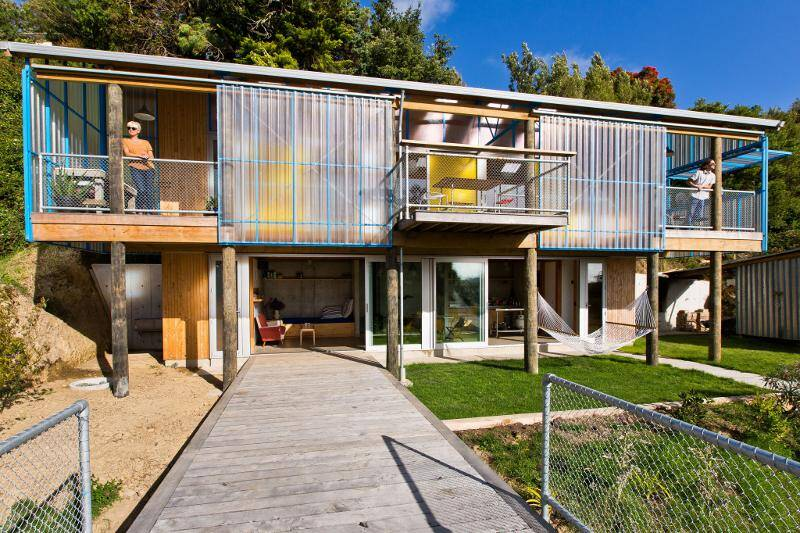 Dogbox is a House on a Steep Whanganui Hillside / New Zealand