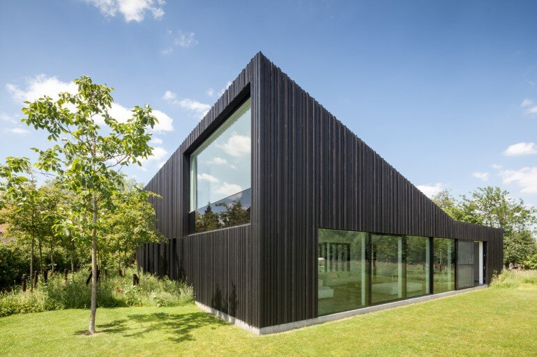 TV House is Made Up by Different Volumes Centered Around a Green Space (14)