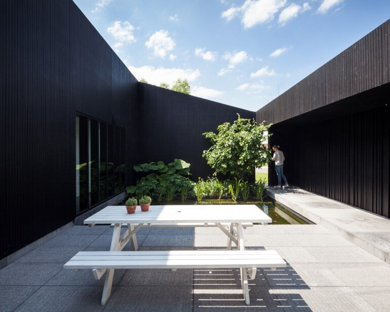 TV House is Made Up by Different Volumes Centered Around a Green Space (4)
