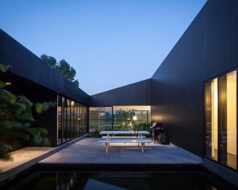 TV House is Made Up by Different Volumes Centered Around a Green Space (5)