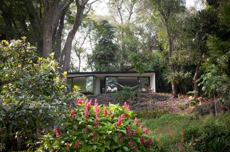 This mexican bungalow is conceived as a refuge in an idyllic jungle site (15)