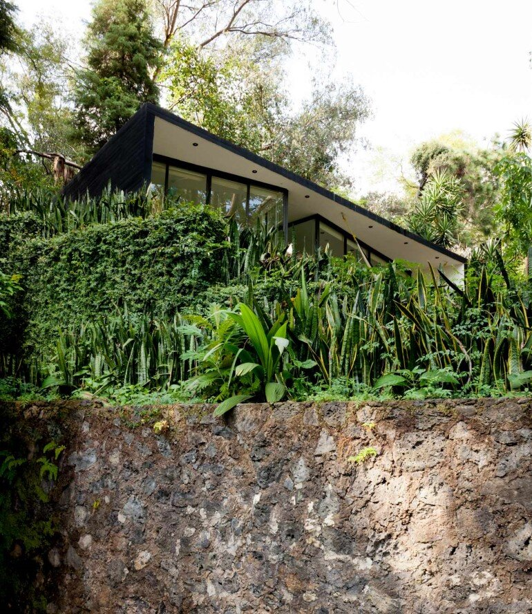 This mexican bungalow is conceived as a refuge in an idyllic jungle site (16)