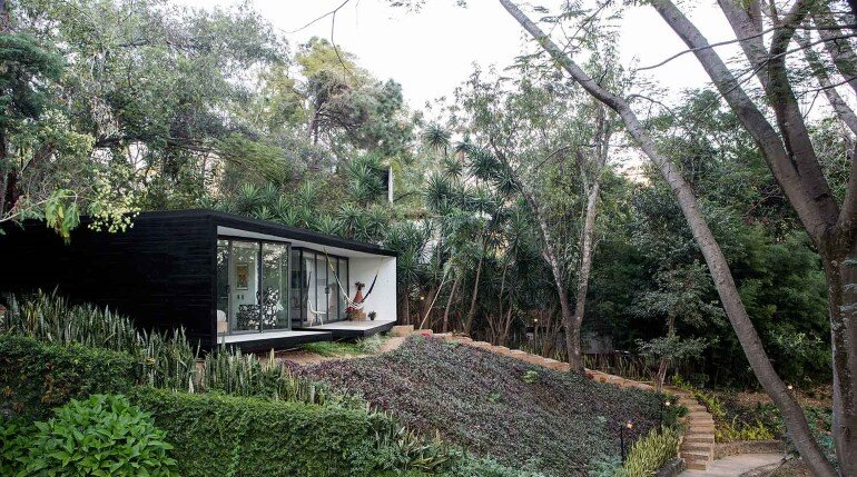 This mexican bungalow is conceived as a refuge in an idyllic jungle site (2)
