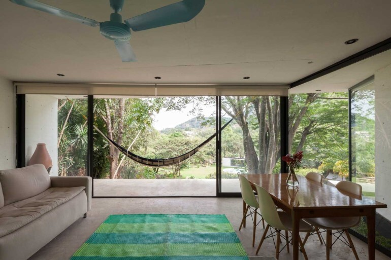 This mexican bungalow is conceived as a refuge in an idyllic jungle site (4)