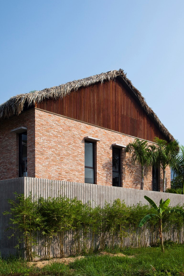 Tropical Suburb House - Revisits the Vernacular South East Asian Stilt House Typology (11)
