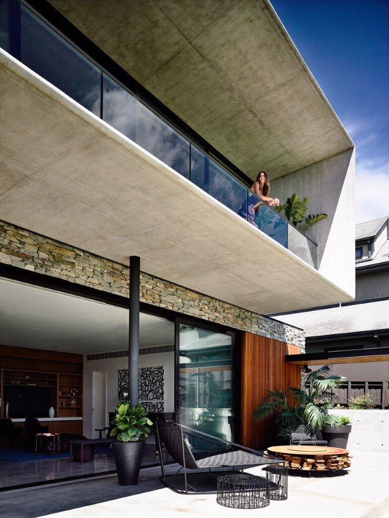 Concrete House Provide Strong Visual Connections Between Levels (2)