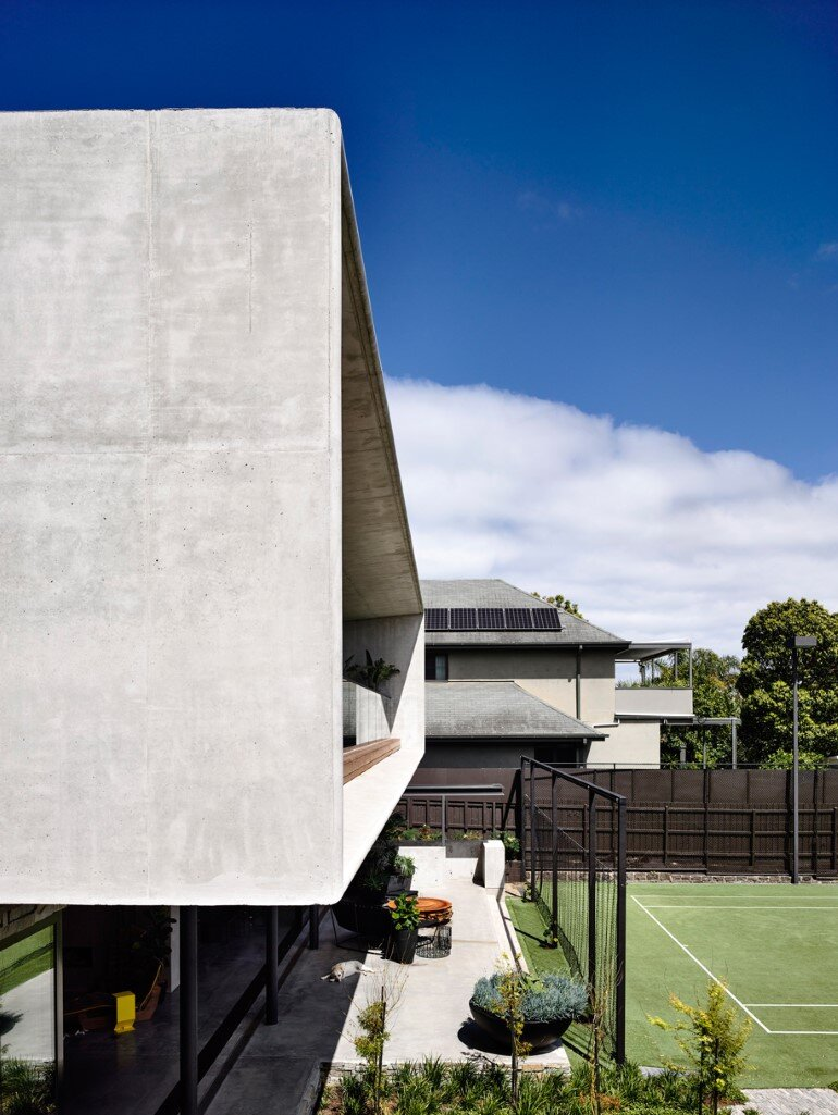 Concrete House Provide Strong Visual Connections Between Levels (21)