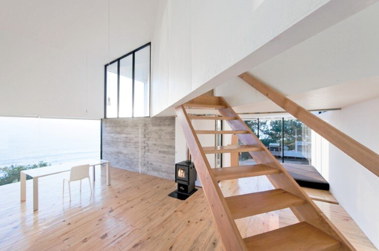 D House - Two Storey House Situated at the Top of a Cliff (11)