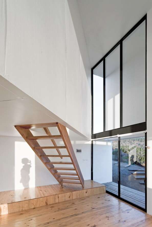 D House - Two Storey House Situated at the Top of a Cliff (12)