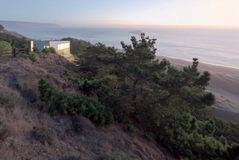 D House - Two Storey House Situated at the Top of a Cliff (4)