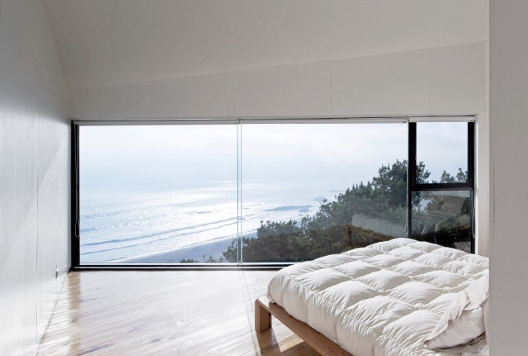 D House - Two Storey House Situated at the Top of a Cliff (6)