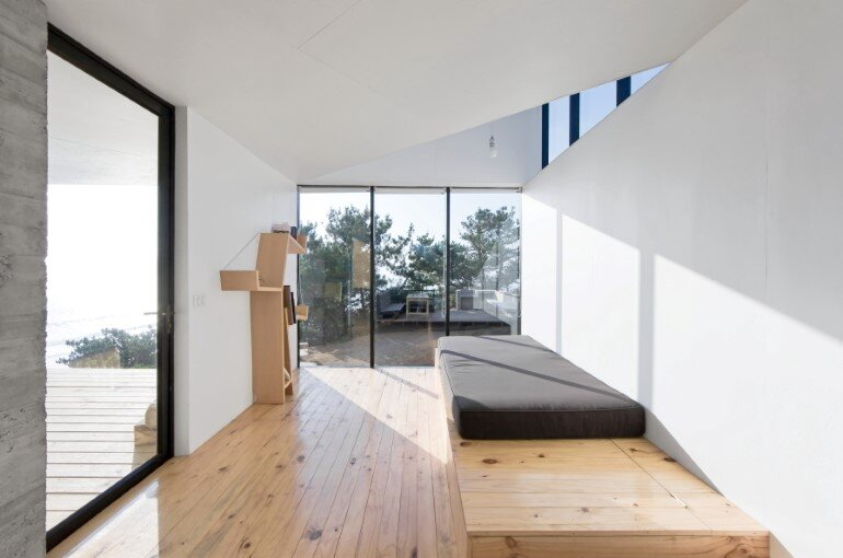 D House - Two Storey House Situated at the Top of a Cliff (7)