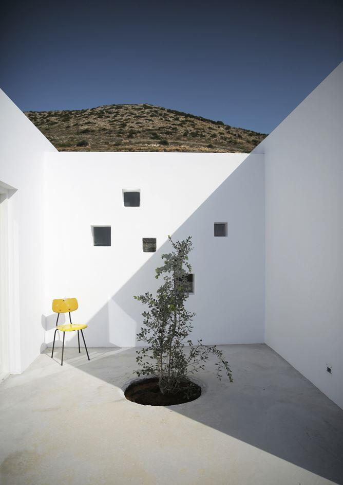 Modern and Minimalist House on the Island of Paros, Greece (9)