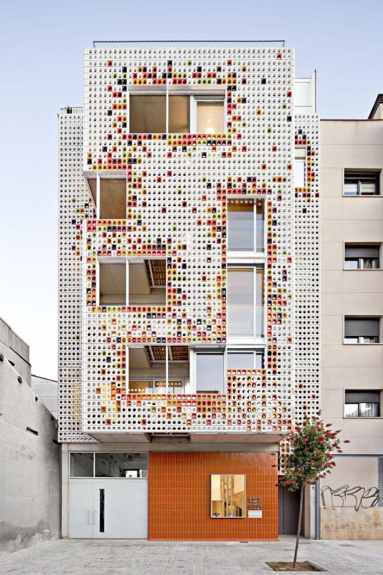 Multifamily housing designed with a shiny colorful ceramic - Fachadas de viviendas ...