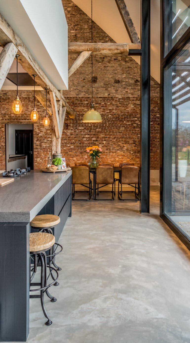 Old Dutch Farm Renovated with Preservation of Ancient Wooden Trusses (11)