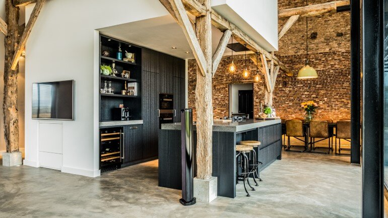 Old Dutch Farm Renovated with Preservation of Ancient Wooden Trusses (8)