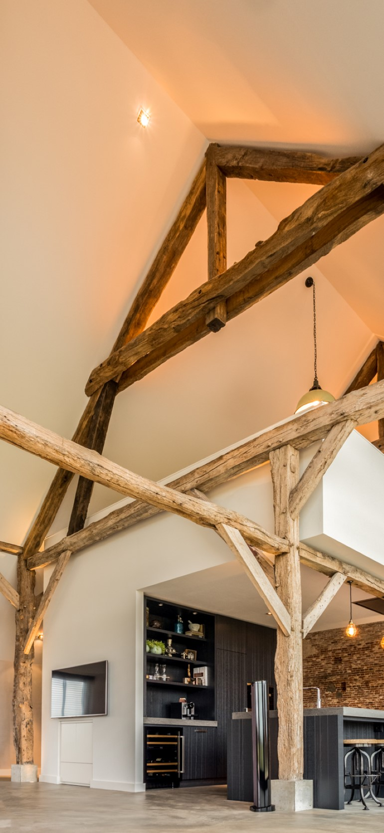 Old Dutch Farm Renovated with Preservation of Ancient Wooden Trusses (9)