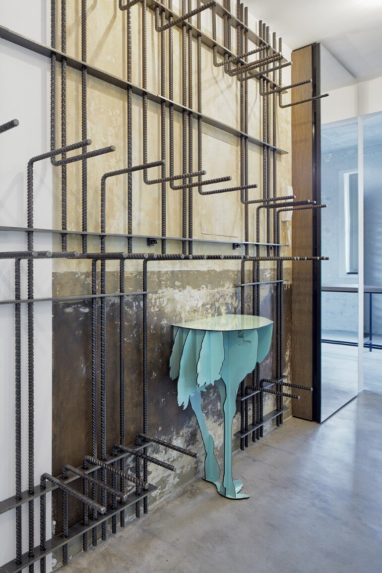 The Loft Hrebenky Combines Rawness and Plenty of Tailor-Made Pieces (12)
