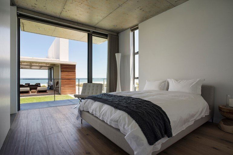 The Pearl Bay House is Modern, Minimal and Maximises the Sensational Ocean Views (18)