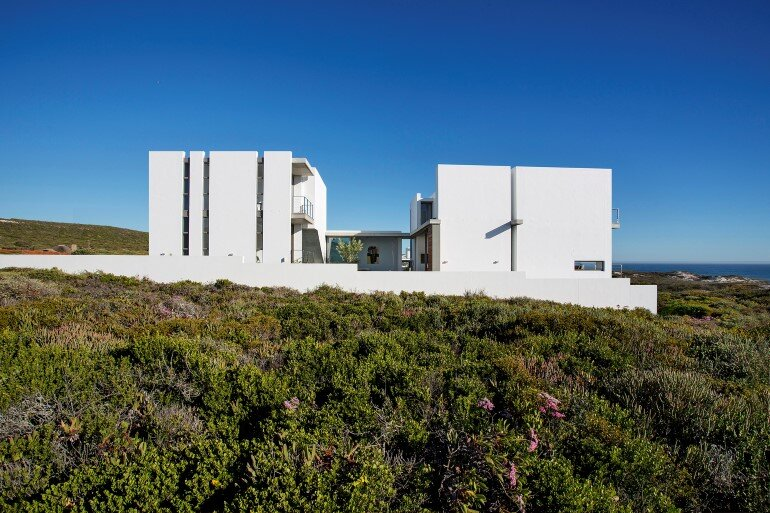 The Pearl Bay House is Modern, Minimal and Maximises the Sensational Ocean Views (20)
