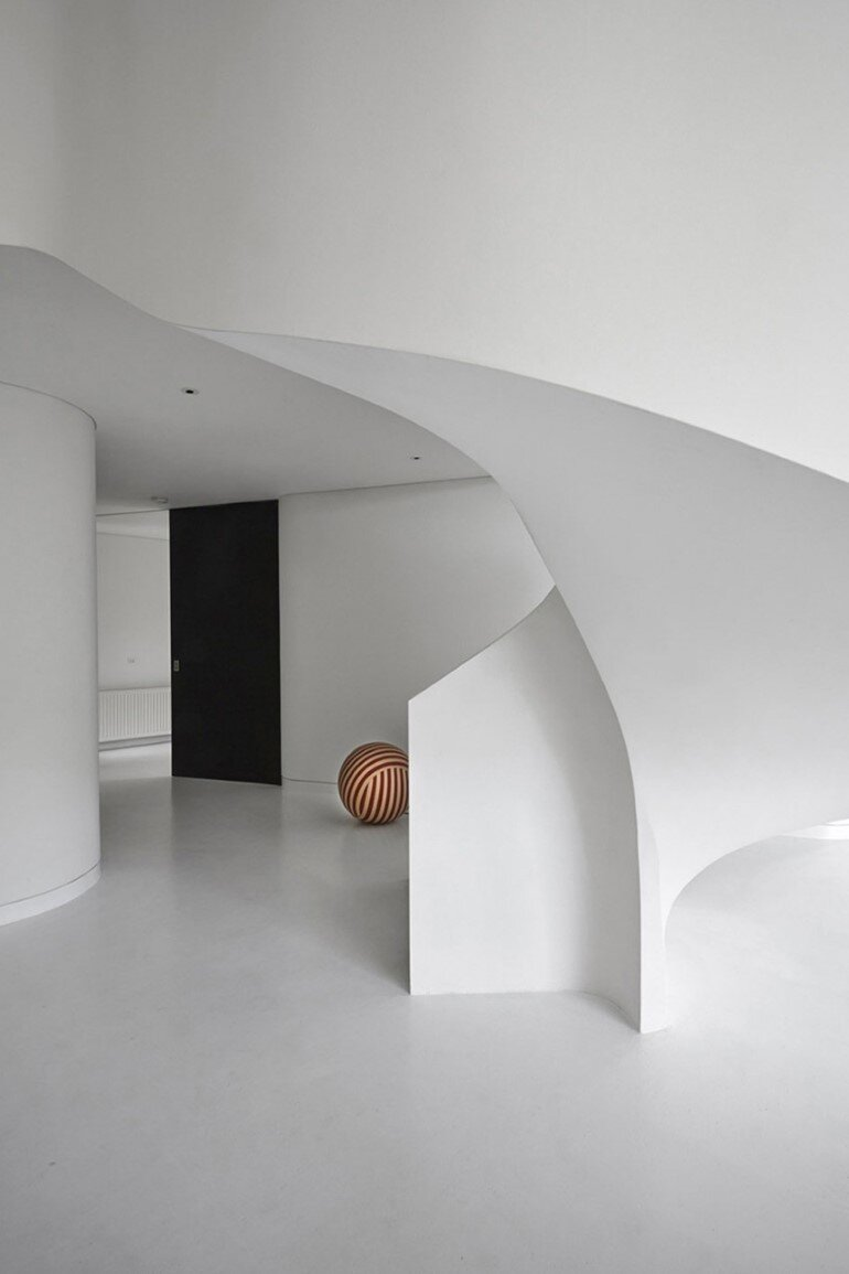 Dramatic Loft Apartment with Curvalicious White Interior (11)