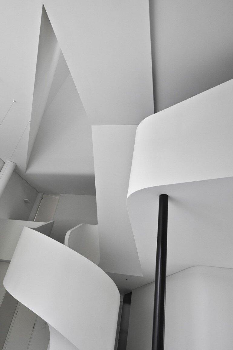 Dramatic Loft Apartment with Curvalicious White Interior (3)