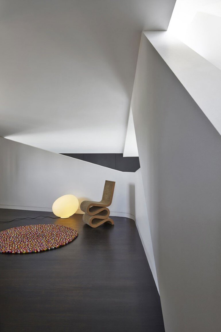 Dramatic Loft Apartment with Curvalicious White Interior (7)