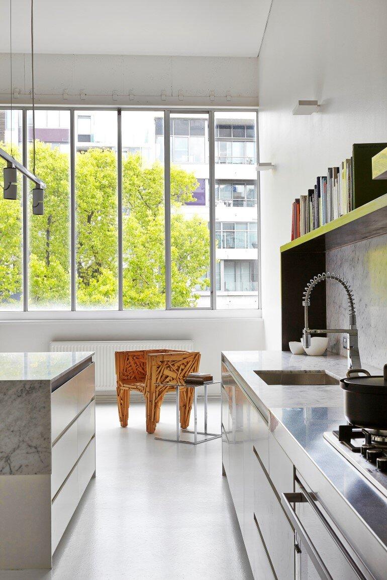 Dramatic Loft Apartment with Curvalicious White Interior (8)