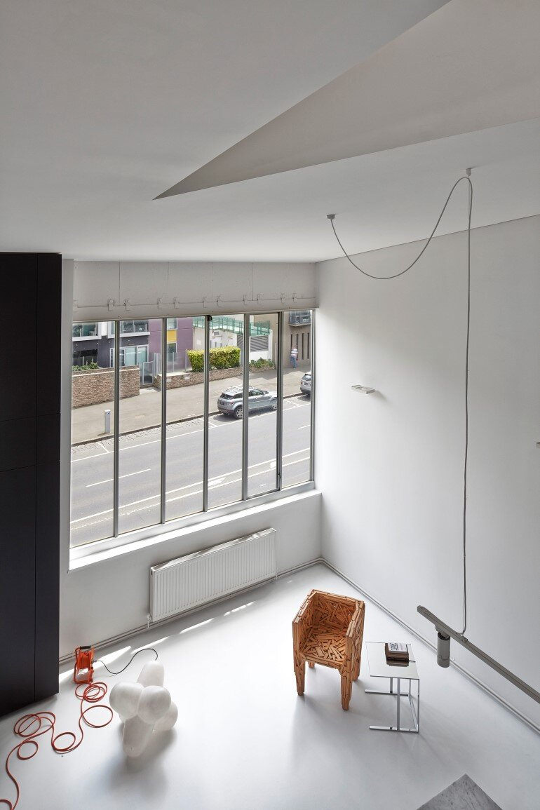 Dramatic Loft Apartment with Curvalicious White Interior (9)