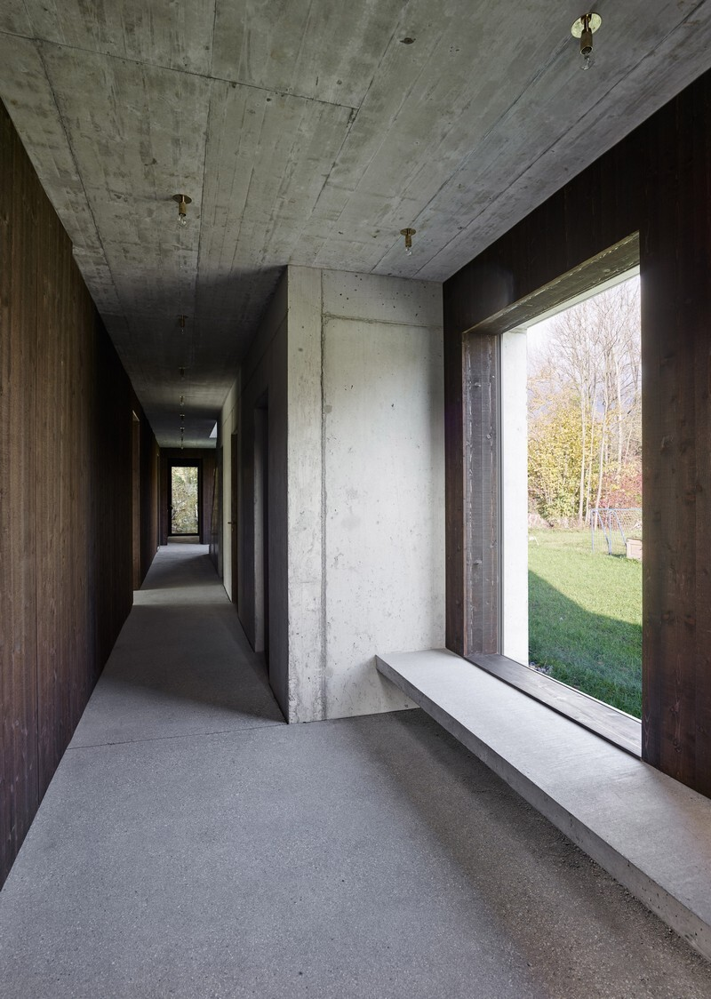 The Architecture of This Family House Combines Raw Concrete with Dark Wood (6)