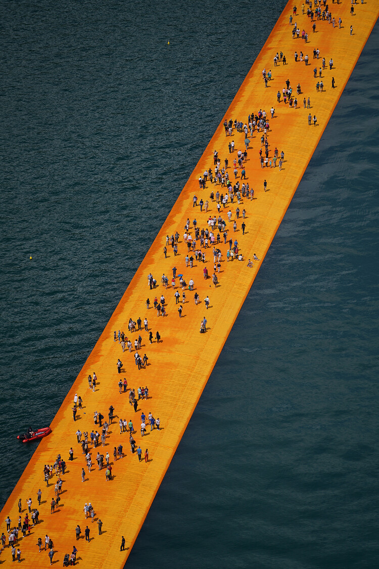 The Floating Piers - A 3 Kilometer-long Walkway Across the Water of Lake Iseo (4)