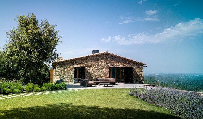 Gavarres Weekend Home - Spectacular Renovation of an Old Farmhouse (16)