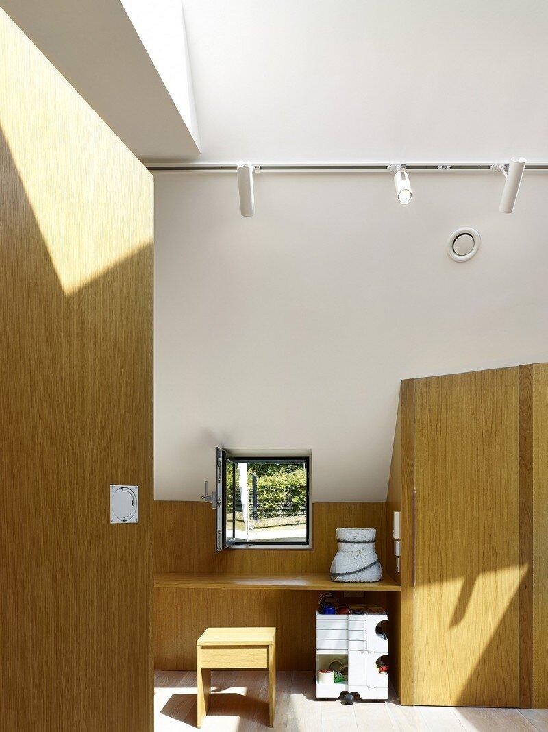Garden House Under a 'Hanging-Basket' Roof Hayhurst