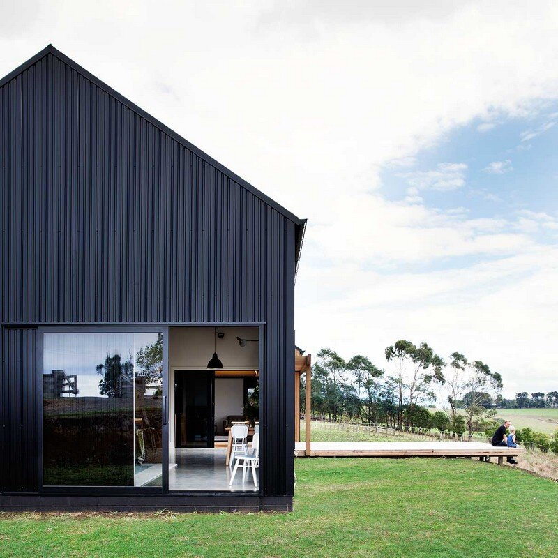 Modern barn form innovative black barn by red architecture for Design house architecture nz