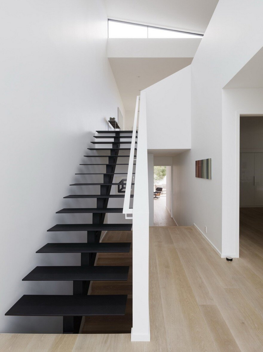 a loft style house with an interior space that feels light. Black Bedroom Furniture Sets. Home Design Ideas