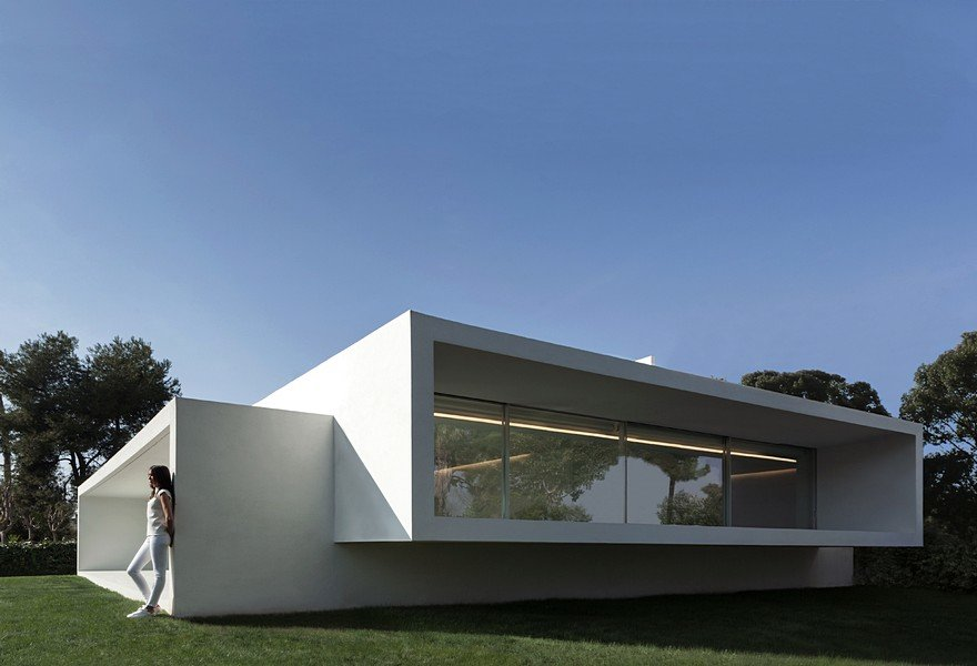 Minimalist Coastal House Inspired by the Old Architecture of Spanish Houses